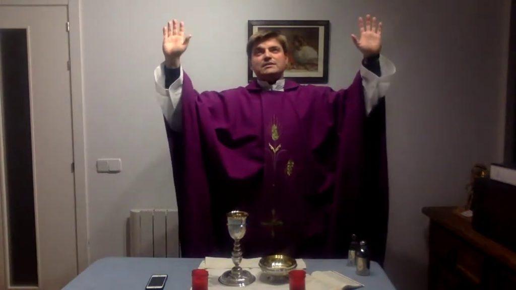 El P. Gabriel celebra misa solo en su casa, afectado por el coronavirus.